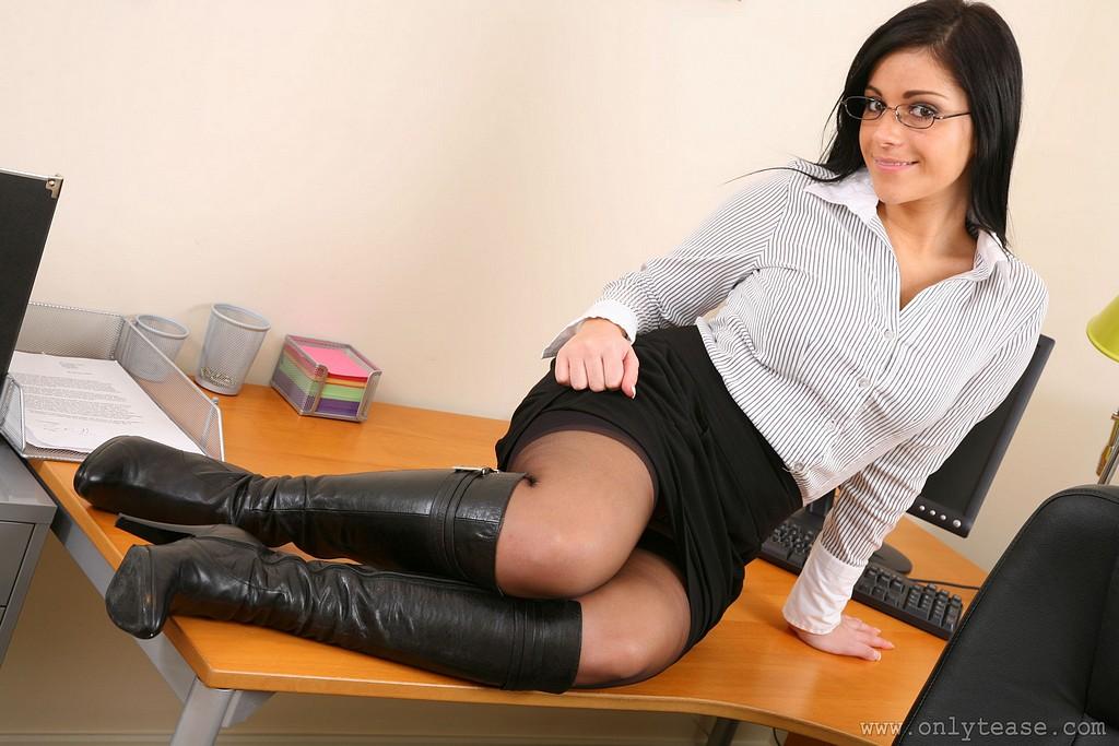 порно фото секретарши в белых юбках