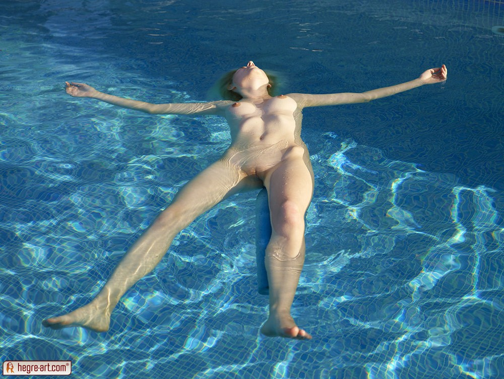 Does naked Girl snorkeling