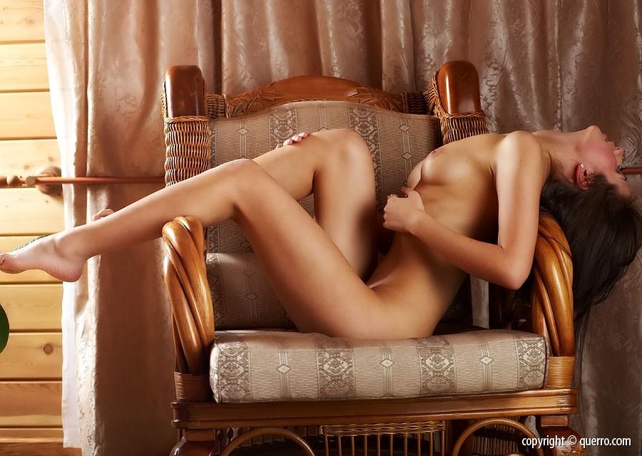 голые девушки в кресле фото