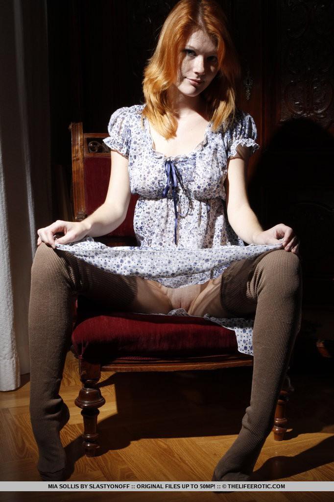 фото девчонок в платье раздвигают ноги
