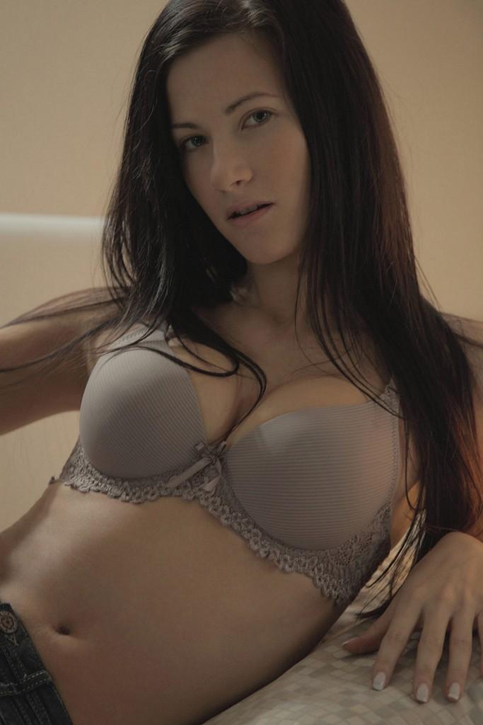 Slim brunette beauty Lisa reveals her perfect nude body ...